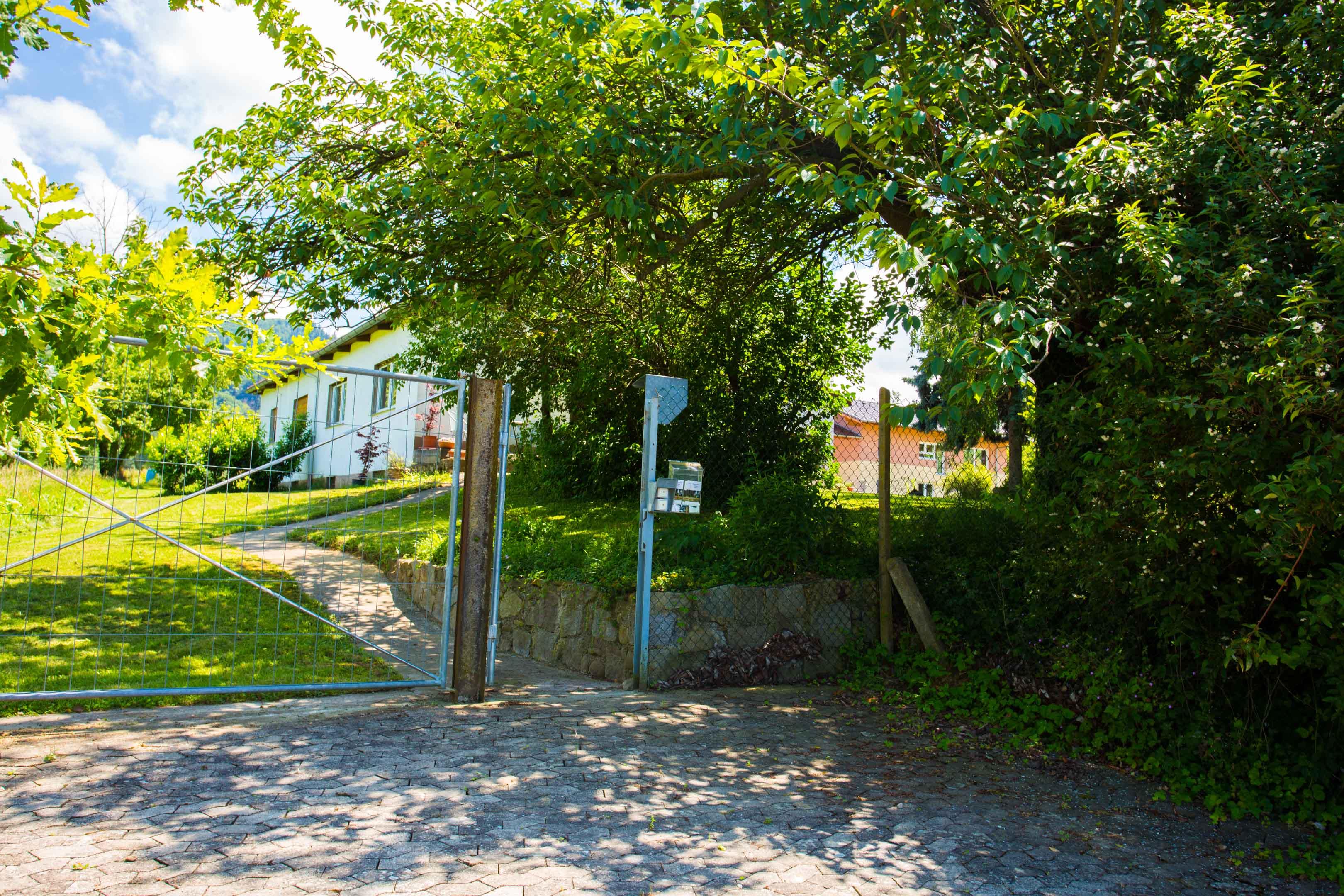 Separater Eingang mit Parkplatz